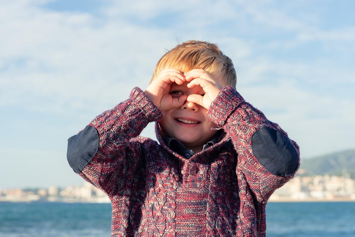 Binoculars cuteness. Family photoshoot at the beach. Palma de Mallorca. Balearic Islands.