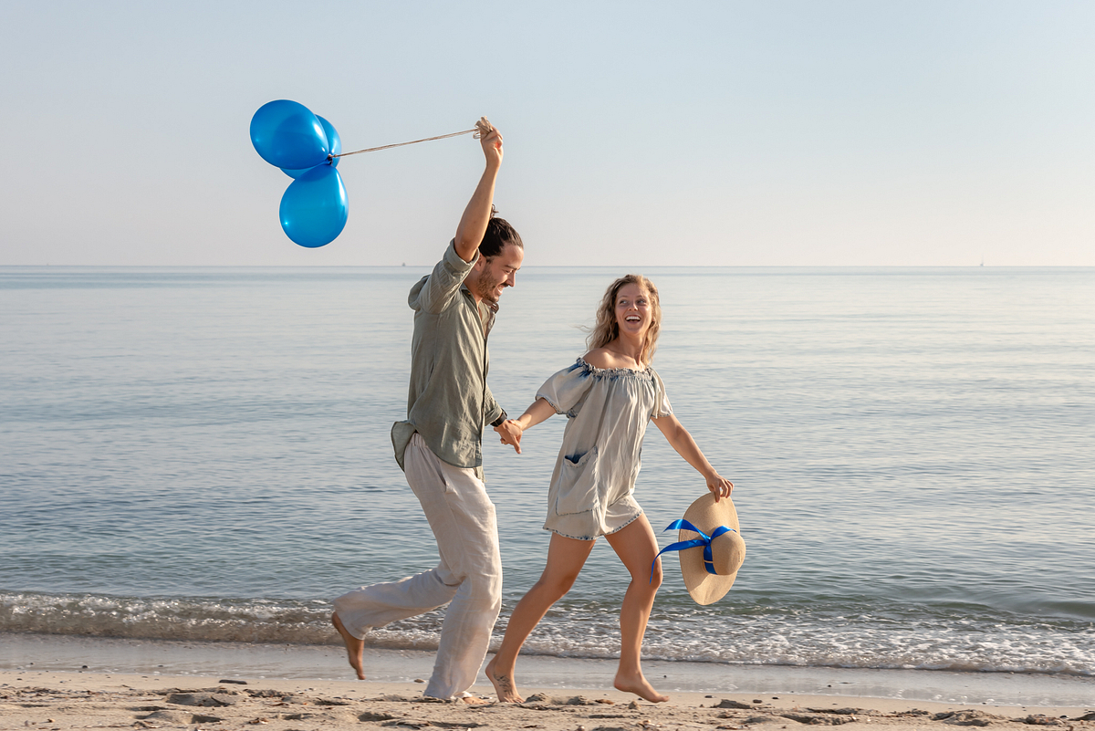 Beach run and blue balloons. Couple Photoshoot at the beach. Son Serra de Marina, Mallorca
