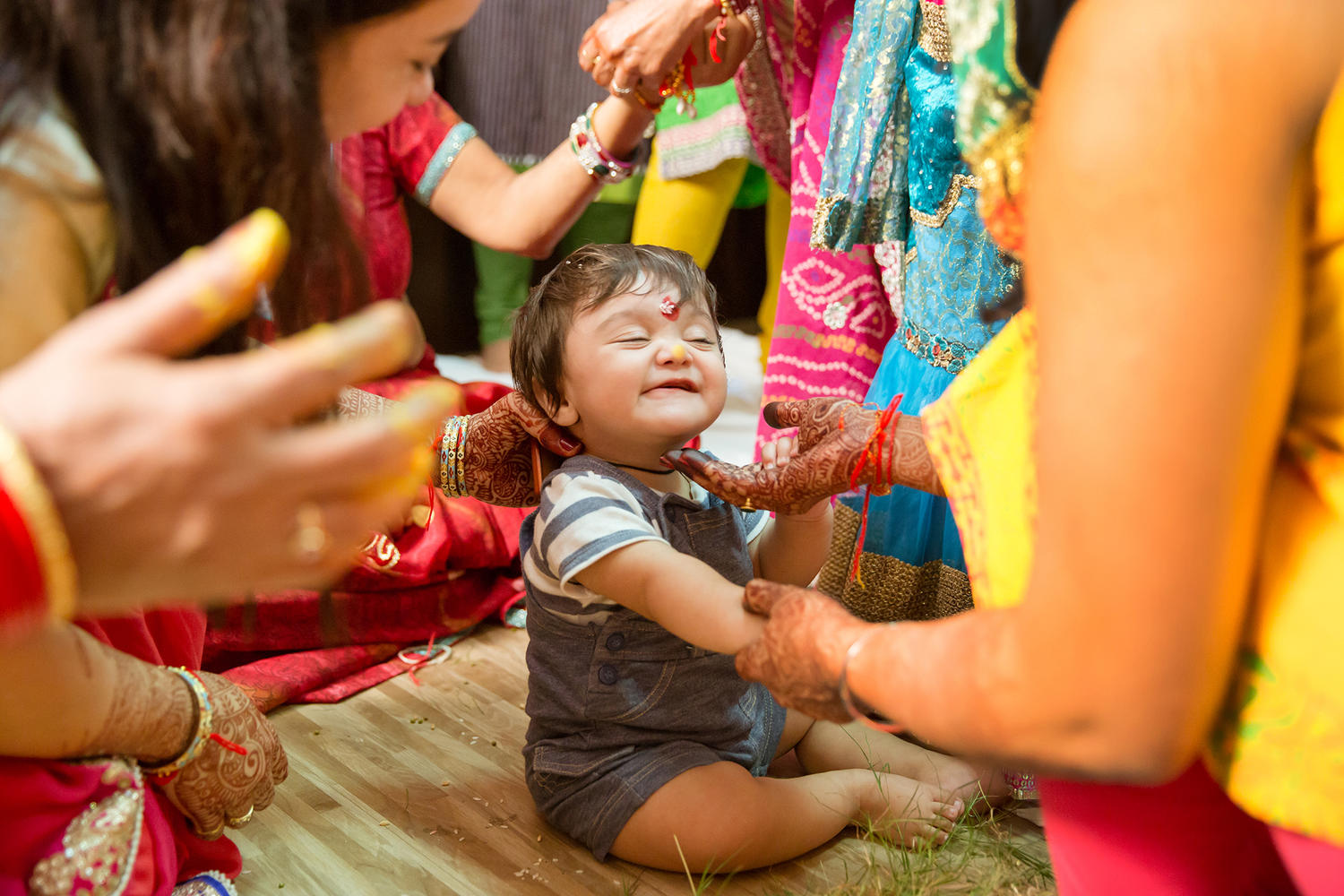 kids at weddings gettin haldi from his aunt