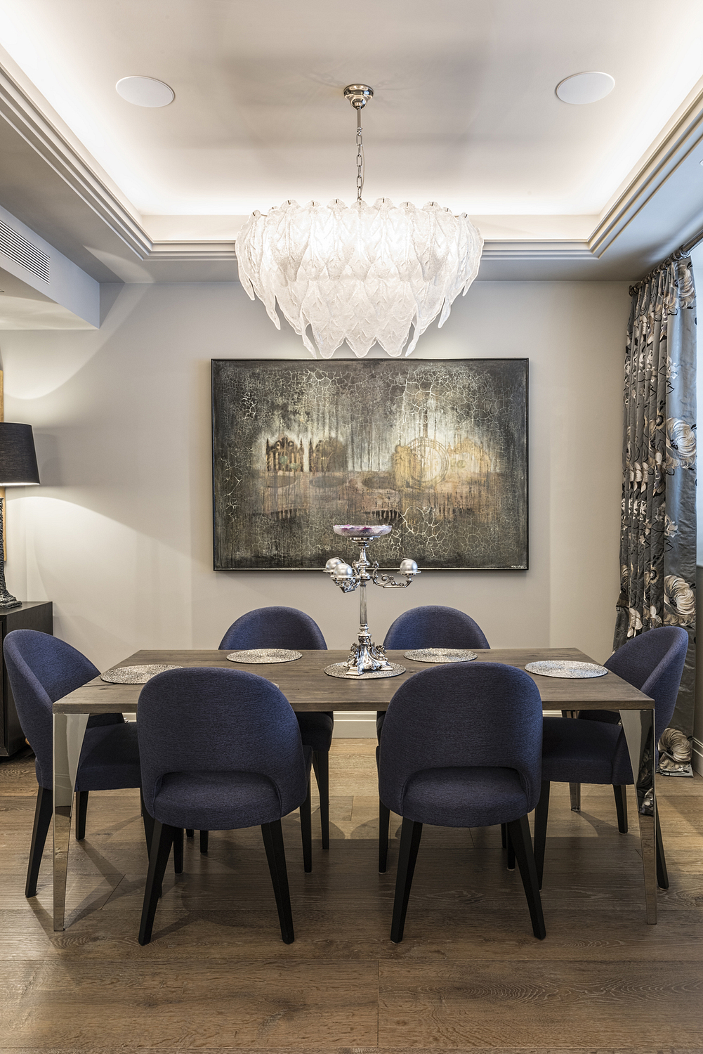 Dining room with chandelier, London mews house