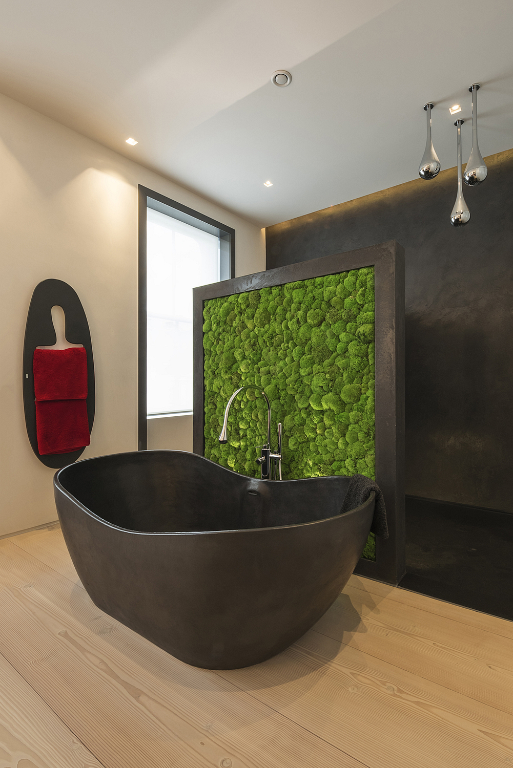 Contemporary ensuite with moss wall, London