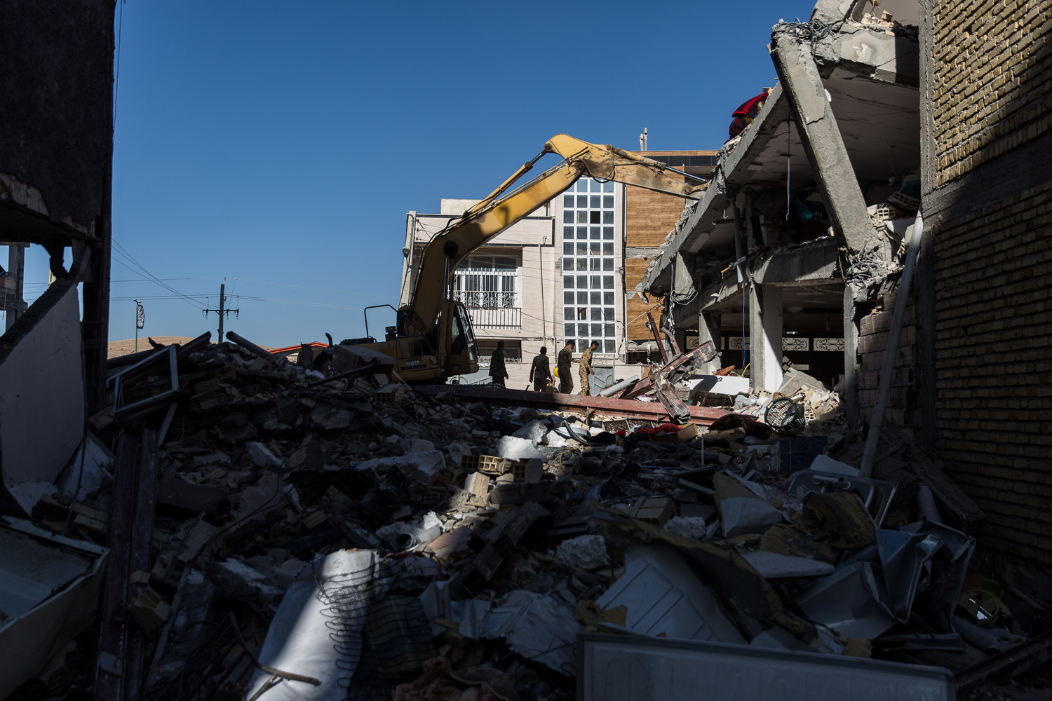 Sarpol-E Zahab-IRAN: A powerful 7.3-magnitude earthquake hit western Iran's Kermanshah province on Sunday night, killing at least 500 people and injuring 8000 so far.