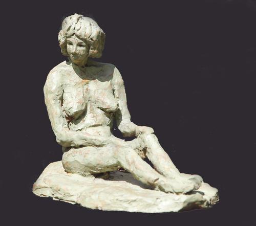 Frau sitzend, 1997, Ton bemalt, 30 x 12 x 17