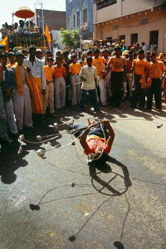 Street performer at the Kumbh Mela festival. Ujjain, Madhya Pradesh.