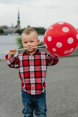 Ģimenes fotosesija apmākusies diena Rīgā uz AB Dambja bērns un sarkans balons
