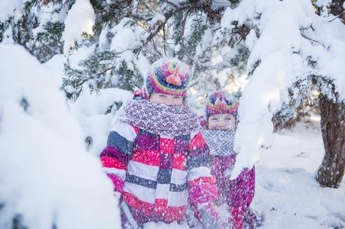 Ģimenes fotosesija ziemā sniegu apsniguši koki bērni birdina sniegu un smejas