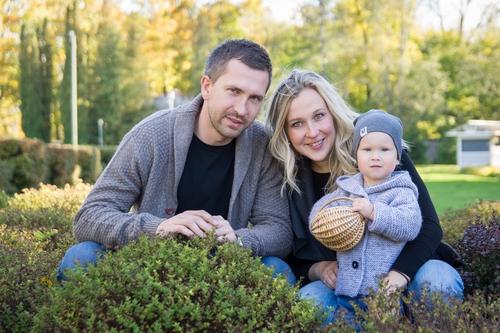 Ģimenes fotosesija zaļumos Siguldā puika tur groziņu