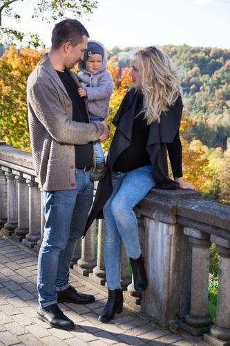 Rudens fotosesija Siguldā ar skatu uz ieleju gaidību un bērnu fotosesija
