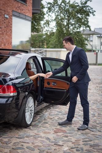 Romantiska fotosesija vīrietis palīdz izkāpt no automašīnas bmw