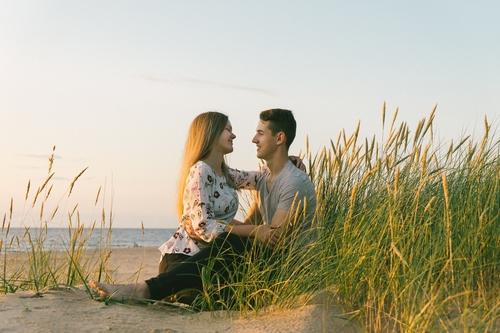 Romantiska brīvdabas fotosesija pārim viņai un viņam
