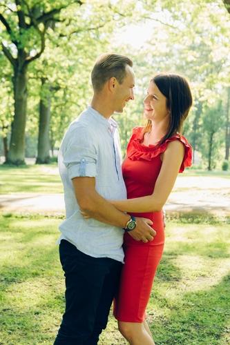 Romantiska brīvdabas fotosesija parkā