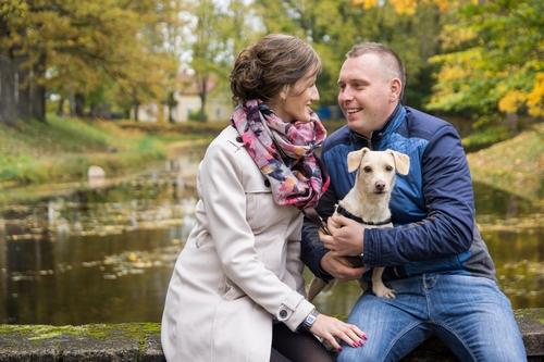 jauns pāris ar sunīti rudens fotosesijā Siguldā