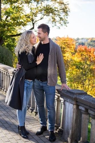 pāris košā krāsainā rudens fotosesijā Siguldā