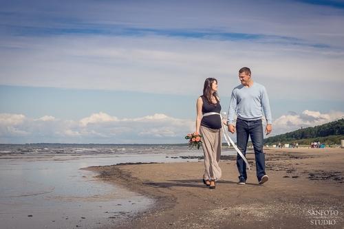 Punča fotosesija pie jūras pāris pastaigājas rokās sadevušies
