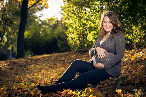 Koša rudens lapu gaidību fotosesija grūtniece sēž lapās