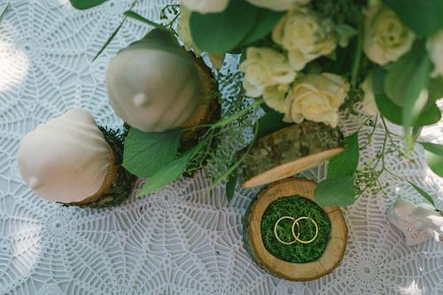 Laulību gredzenu koka trauciņš kāzās