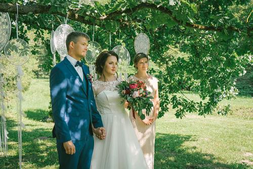 Laulību ceremonija zem ozola brīvdabas kāzas