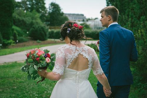 Līgava un līgavainis no mugurpuses ejot