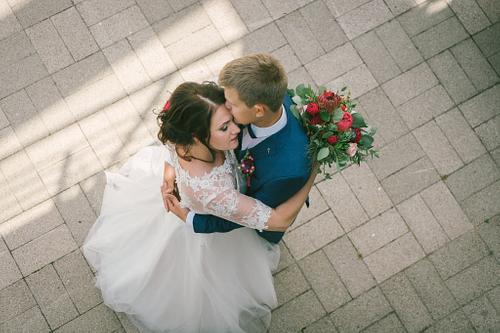 Līgava un līgavainis dejo fotogrāfēts no augšas