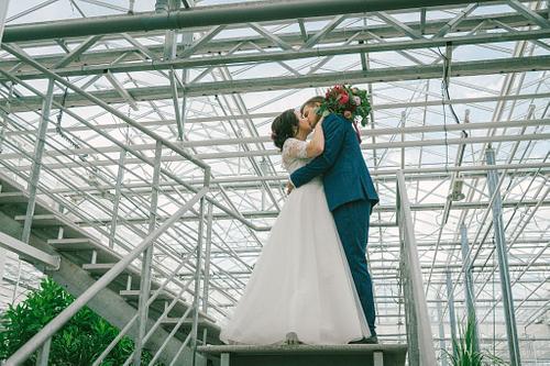 Metāla trepes līgava un līgavainis skūpastas Salaspils Oranžērija
