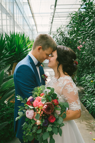 Jaunais pāris ar pierēm kopā Salaspils Botāniskā dārza Oranžērijā