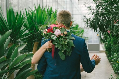 Līgavainis dejo Salaspils Botāniskā dārza Oranžērijā