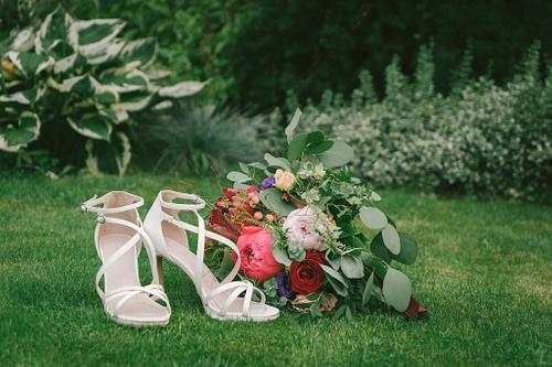 Līgavas pušķis un baltas augstpapēžu zandales