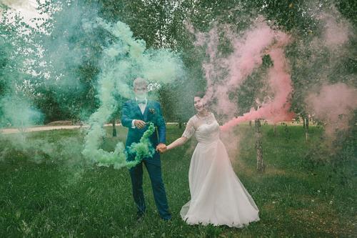 Jaunais pāris dejo ar dūmu svecēm