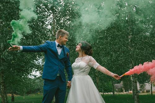 Līgavainis līgava ar dūmu svecēm