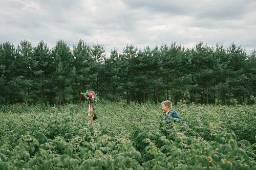 Līgava bēg no līgavaiņa pa lauku