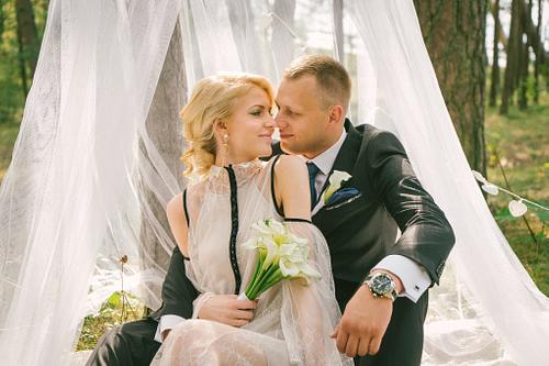 Balts tills priežu mežā kāzu dekorācijas fotosesijai
