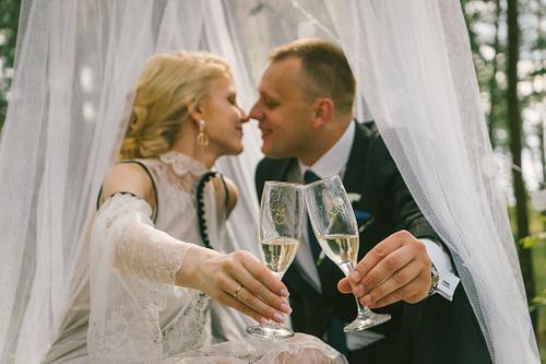 šampanieša glāzes kāzu dienā fotosesija mežā