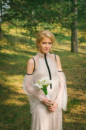 Līgava priežu mežā kallas amoralle kleita