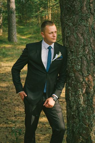 Līgavainis priežu mežā Saulkrastos