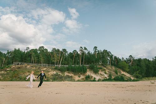 Baltā kāpa Saulkrastos kāzu fotosesija jaunais pāris