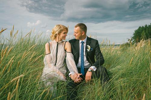 Jūras zāles fotosesija kāzās apmācies laiks