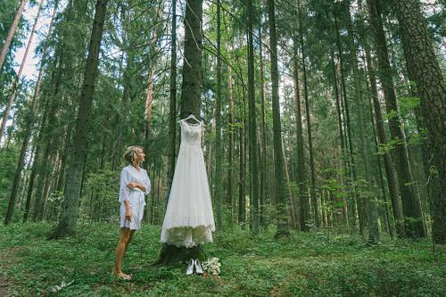 Gatavošanās kāzām, līgava mežā pirms ceremonijas