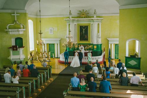 Laulību ceremonija Opekalna baznīcā skats no balkona