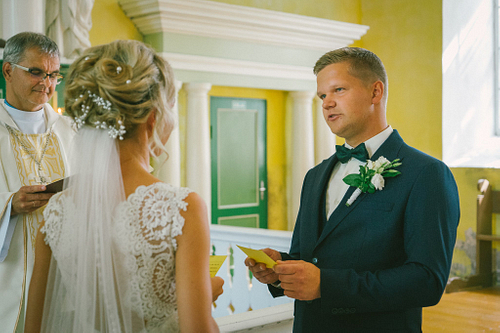 Līgavainis dod laulību zvērestu baznīcā pie altāra