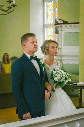 Laulību ceremonija baznīcā jaunais pāris pie altāra