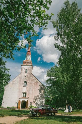 Opekalna baznīca un kāzu auto