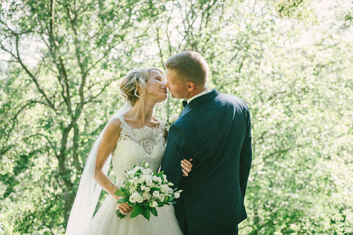 Līgavainis skūpsta līgavu pinterest pozā