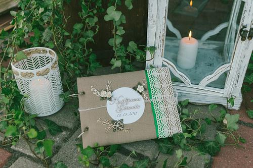 Viesu novēlējumu grāmata kāzās pie kāzu dekorācijām