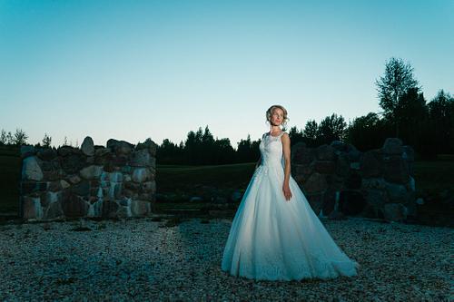 Saulrieta fotosesija kāzās zilganos toņos līgava princeškleitā