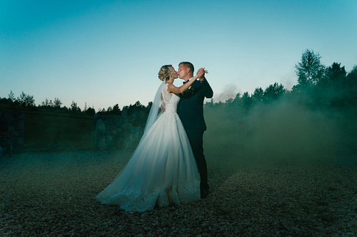 Jaunais pāra skūpsts un deja saulrietā kāzu fotosesija