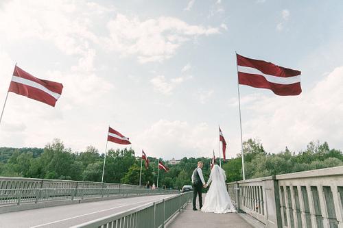 Kāzenieki uz Siguldas tilta zem Latvijas simtgades karogiem
