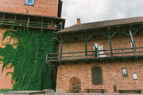 Līgava un līgavainis Turaidas muzejrezervātā ēkas otrā stāva balkonā