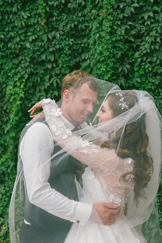 Jaunais pāris zem līgavas tilla plīvura