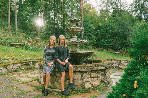 Divas māsas Cēsu Svētavota strūklakas malā