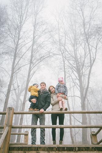 Ģimenes portrets rudenī miglainā dienā spokains ģimenes portrets halovīnu noskaņās
